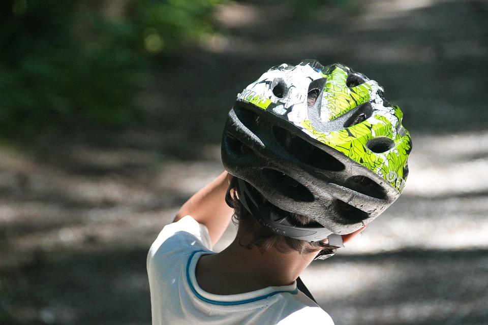 dítě v helmě