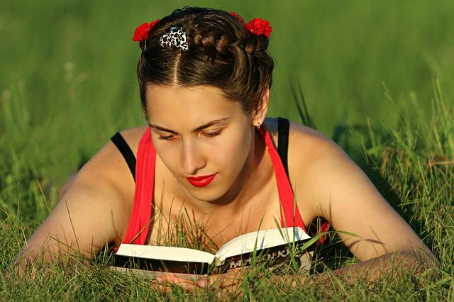 děvče při čtení