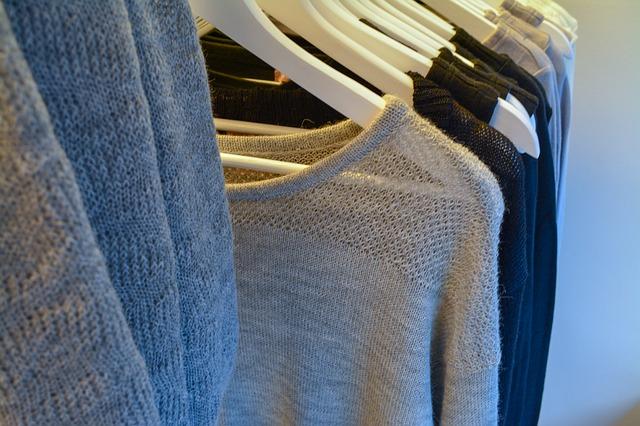 stojan s oblečením