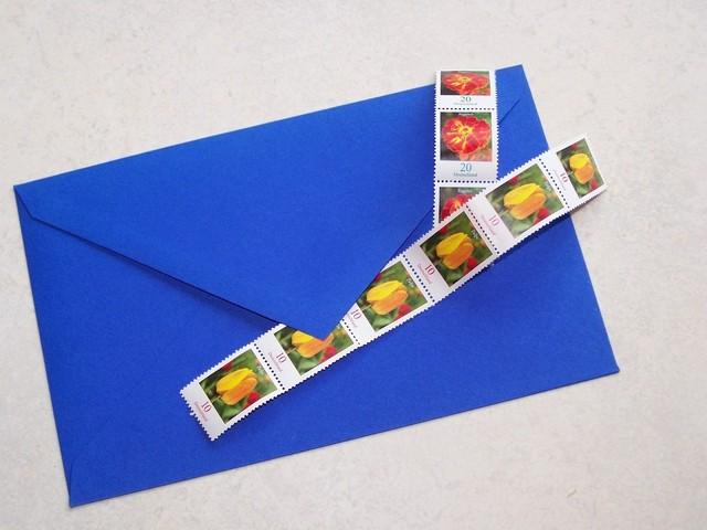 modrá obálka se známkami